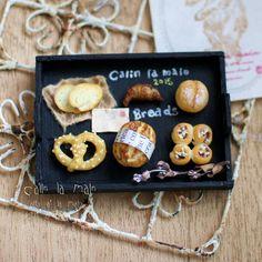 . ※ miniature breadset※ . お友達用に作ったパンセットです❤︎ 黒のトレイにパン載せたら 絶対素敵なのわかってたのですが、 やっぱり素敵(*˘︶˘*).。.:*♡ . 今後の販売でもこんな感じのものを 出せたらなって思います❤︎ . #樹脂粘土#パン#パン屋#ミニチュア#ミニチュアフード#フェイク#ハンドメイド#手作り#bread #bakery #miniaturefood #miniature #handmade #fakefood #polymerclay #clay