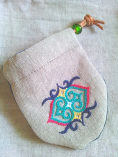 アイヌ民族の女性たちはその昔、愛する人や家族の身を守りたい一心で、着物の袖や襟、裾や背中に独特な文様の刺繍をほどこしました。ウェン・カムイ(魔物)の目を回すモ...|ハンドメイド、手作り、手仕事品の通販・販売・購入ならCreema。