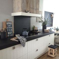 Deze prachtige keuken van Manon0903 kwam ik tegen op onze Binnenkijken App. I love it! Manon maakt vooral gebruik van rustige kleuren en natuurlijke materialen. De keuken ziet er uit als een warme, gezellige plaats in huis. Ik heb 18 woonitems geselecteerd, zodat jij deze look ook makkelijk in je eigen keuken kunt toepassen ;).