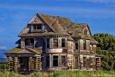 Abandoned house in Santa Cruz,California 😯 Old Abandoned Buildings, Abandoned Mansions, Old Buildings, Abandoned Places, Spooky Places, Haunted Places, Beautiful Buildings, Beautiful Places, Creepy Houses