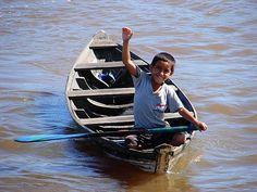 Menino no Rio Amazonas
