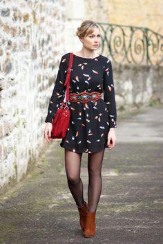 Artlex fashion blog / Blog mode / street look / street style / blogueuse mode / fashion blogger / ootd / outfitoftheday / Robe Plume / sacoche écolière / Be design salon de beauté / Bottines Bobbies / ceinture ethnique / chignon / tresse @Persun Fr