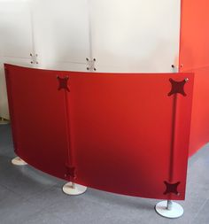 low office screen featuring a contemporary design , panels are made of plexi