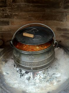 Potjiekos. Cast Iron Skillet Cooking, Potato Bites, Biltong, Dutch Ovens, South African Recipes, Bbq Grill, Outdoor Cooking, Grilling Recipes, Glamping