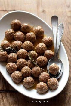 Soft and juicy baked meatballs - Meatballs with f .-Polpette di carne al forno morbide e succose – Polpette al forno perfette! Soft and Juicy Baked Meatballs – Perfect Baked Meatballs! Healthy Finger Foods, Healthy Meat Recipes, Hamburger Recipes, Cooking Recipes, Italian Dishes, Italian Recipes, Italian Meals, Frittata, Meat Restaurant