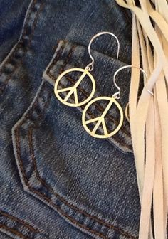 PeaCe SigN STeRLiNG SiLVeR HiPPie earrings/ Hammered by Ivanwerks Hippie Jewelry, Beach Jewelry, Etsy Jewelry, Jewelry Crafts, Hippie Style, Hippie Boho, Oxidized Silver, Sterling Silver, Arm Party