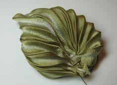 Silk Leaf http://www.beading-arts.com/2014/11/making-pleated-silk-shibori-ribbon.html                                                                                                                                                      More