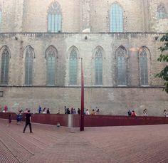 """""""En el Fossar de les Moreres no se entierra ningún traidor, hasta perdiendo nuestras banderas será la urna del honor.""""   El Fossar de les Moreres (Cementerio de las Moreras) es una plaza de la ciudad de Barcelona construida sobre la fosa común perteneciente a la adyacente basílica de Santa María del Mar.   Integra los elementos conmemorativos a los caídos durante el asedio de Barcelona de 1714, en el marco de la Guerra de Sucesión. El motivo de que en este sitio se recuerde los defensores…"""