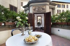 The Antares Apartment in Spectacular terrace in the centre! Holiday Apartments, Vacation Apartments, Top Destinations, Terrace Garden, Terraces, Florence, Centre, Table Settings, Gardens