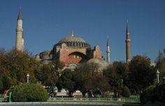 Basílica de Santa Sophia, em Istambul, na Turquia. Erguida entre os anos de 532 e 537 pelo Império Bizantino, passou a ser a catedral de Constantinopla, antigo nome da cidade. Até 1453 esta igreja teve esta função. A seguir, quando os cruzados dominaram a região, ela não foi usada para este fim. Em 1453 a 1931, funcionou como mesquita. Hoje abriga um museu. (Foto: Mediawiki: / Saperaud / http://commons.wikimedia.org/wiki/User:Saperaud)