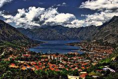 La ville de Kotor en bordure de la mer Adriatique. Montenegro. A découvrir avec Croisières de France lors de la #croisière Sérénissime.