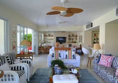 Ventiladores de teto em palha natural mantêm os cômodos bem arejados e com uma agradável brisa.