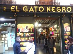 El Gato Negro. Calle Sal, 2. Lanas El Gato Negro es un negocio familiar con casi 100 años de experiencia en el mercado. La especialidad es el punto, teniendo a la venta una extensa gama de lanas en madejas, conos y ovillos.