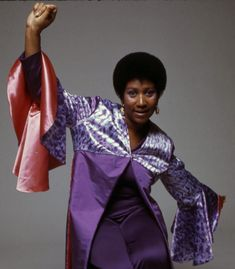 Portrait of American singer and musician Aretha Franklin 1973 Soul Singers, Female Singers, Music Icon, Soul Music, Vintage Black Glamour, Aretha Franklin, Motown, Portrait Photo, American Singers