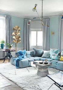 lampara-pie-hojas-doradas-vintage-salon-decorado-en-azul-pastel-estilo-nordico