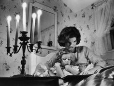Jacqueline Kennedy legge alla sua bimba..