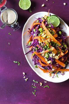 Spidskålssalat med edamamebønner og tahindressing er en ægte turbosalat, det er salater naturligvis ofte, men denne kan bikses sammen på 10 min, kræver få ingredienser og ingen tilberedning. Helt perfekt på dage hvor det skal gå ekstra stærkt, men stadig være nærende og fuld af smag. Og s....