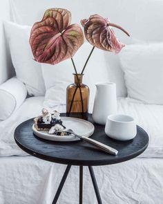 Lazy Sunday #beistelltisch #sidetable #coffetable #interior #einrichtung #einrichtungsideen #dekoraktion #decoration #wohnzimmer #livingroom #black #wood  Foto: Housen044