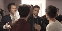The boys supporting Louis backstage before his very first performance of Just Hold On♡
