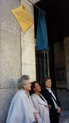 """""""En esta casa vivió desde 1988 hasta su muerte en 2013 el escritor, economista, humanista y académico José Luis Sampedro (1917-2013). Y en ella escribió una parte importante de su obra"""". Así reza la placa en la fachada del edificio que se ha colocado hoy en el primer aniversario de su muerte."""