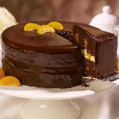 With a surprising hint of orange, no chocolate lover can resist this chocolate orange cake recipe. Additional mandarin oranges top off this yummy recipe. Mini Dessert Recipes, Fruit Recipes, Desserts, Instant Pudding, Pineapple Poke Cake, Pineapple Upside, Pineapple Coconut, Mandarin Cake, Mandarin Oranges