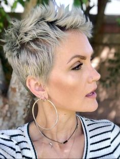 A New Way to Use Purple Shampoo - Whippy Cake - Buckle up because the (self proclaimed obvi) is officially making a come back! Pixie Haircut For Round Faces, Pixie Haircut For Thick Hair, Haircuts For Fine Hair, Stylish Short Haircuts, Short Pixie Haircuts, Pixie Hairstyles, Short Textured Hair, Short Grey Hair, Short Hair Cuts