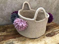 Cesto XXL pompom by Missaquitos - free pattern Straw Bag, Crochet, Bags, Free, Fashion, Basket, Handbags, Moda, Fashion Styles