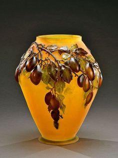 Émile GALLÉ (1846-1904) Important vase en verre multicouche soufflé à décor en relief et gravé de branches chargées de prunes sur fond jaune, signé H. 32,5 cm - De Baecque & Associés - 16/11/2015