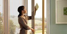 Pulire i vetri: 5 modi per farli splendere senza aloni e prodotti chimici