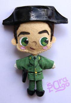 Sara Lago Complementos: Guardia civil! Broche personalizado de fieltro, con accesorios hechos con fimo.