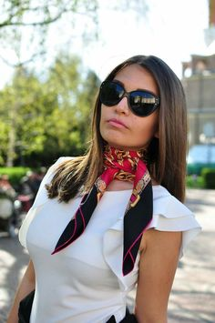 How to Wear Silk Scarves This Summer 2019 Fashion Mode, Look Fashion, Fashion Outfits, Fashion Scarves, 1950s Fashion, Vintage Fashion, Ways To Wear A Scarf, How To Wear Scarves, Square Scarf How To Wear A