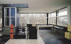Rietveld trasforma la envolvente en una matriz construida por la superposición de muros, la incorporación de elementos verticales y horizontales y el uso del color El resultado exterioriza una sens...