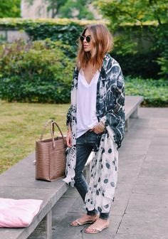 Love her relaxed style. Maja rocking another maxi kimono. Plain white tee and skinny jeans. Street style