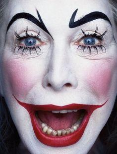 Paradise Portraits, van de Nederlandse fotograaf Erwin Olaf. Hij maakt intieme studies van het menselijke gezicht. Mooie vrouwen en grotesk opgemaakte clowns, met een expressie die tegelijkertijd horror en schoonheid uitstraalt.