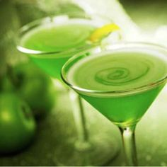 Learn how to make an Apple Martini. A cocktail recipe with Apple Juice, DeKuyper Sour Apple Pucker Schnapps, Absolut Vodka. Read the best recipes and find Apple Martini variations on The Spirit. Fancy Drinks, Bar Drinks, Summer Drinks, Cocktail Drinks, Alcoholic Drinks, Cocktail Glass, Green Cocktails, Juice Drinks, Wine Cocktails