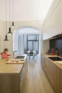 L'équipe du bureau d'architectes GSL a été confrontée à deux problèmes fréquemment rencontrés dans les maisons bruxelloises : les trois pièces en enfilade générant un manque de lumière dans leur partie centrale, et une absence de relation directe avec l'extérieur. Un double casse-tête résolu haut la main.