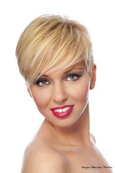 Reinterpretamos el cabello rubio con matices fríos, práctico y elegante, para obtener unos bonitos reflejos californianos. #peluquería #imagenpersonal #belleza #estilismo #moda