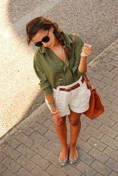 緑・カーキ色シャツと白のショートパンツコーデ
