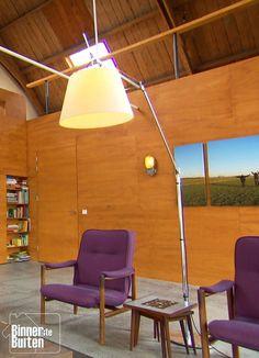 Woonkerk van Coen en Miriam in Alphen aan den Rijn| hoge designlamp bij de zithoek | BinnensteBuiten KRO-NCRV