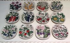 My collection of Esteri Tomula berry wall plates. Ceramic Painting, Ceramic Artists, Ceramic Design, Clay Projects, Plates On Wall, Scandinavian Style, Vintage Kitchen, Berries, Decorative Plates