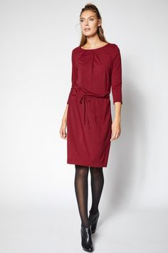 Jednoduché+šaty+s+dlouhým+rukávem+a+lehce+nabíraným+výstřihem.+Vyrobené+ze100%+bio+merinovlny,certifikované+podle+GOTS.+V+pase+drobná+šňůrka+na+utažení.Délka+šatů+ve+velikosti+38+je+98+cm.