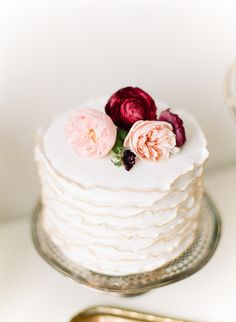 Simple Vintage Chic One-Tier Cake with Flowers
