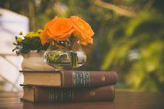Casamento ao ar livre temático vintage rock and roll. Decoração com livros e flores. Sítio. Lanterna. Amarelo. Laranja. Rústico, Moda, Retrô, Luzes. Vestido noiva diferente, Música, dança.