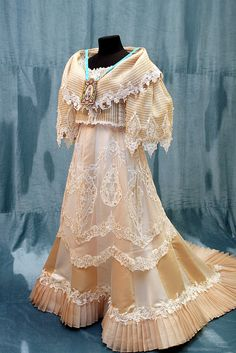 Philippines Dress, Philippines Fashion, Philippines People, Philippines Culture, Modern Filipiniana Gown, Filipiniana Wedding, Ball Dresses, Ball Gowns, Filipino Fashion