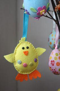 Smuleblogg: Påskesyssel - hjemmelaget påskepynt Easter Projects, Easter Crafts, Holiday Crafts, Diy Arts And Crafts, Crafts To Make, Crafts For Kids, Bird Crafts, Felt Crafts, Felt Keychain