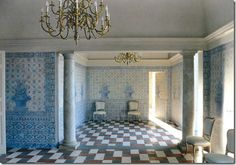 Foto © Roberto Peregalli.  A large hall covered in trompe-l'œil reproducing the effect of azulejos ceramic tiles with at the center large flower pots, blue and white in the tradition of Portuguese houses.  Studio Peregali