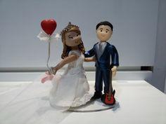 Topo de bolo - Casal noivinhos personalizados (noiva com balão coração e noivo com guitarra)