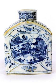 ANTIQUE CHINESE BLUE AND WHITE TEA CADDY