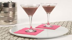 Chocolate Brownie Martini - Recipes - Best Recipes Ever - Nutty and chocolatey, this drink will have your guests swooning with joy. Chocolate Cocktails, Chocolate Martini, Chocolate Brownies, Fun Drinks Alcohol, Yummy Drinks, Alcoholic Beverages, Martini Recipes, Drink Recipes, Cat Recipes