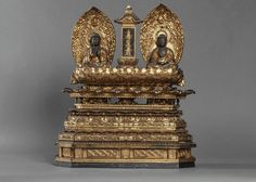 Autel votif surmonté de deux Buddhas assis sur un haut socle à large frises de pétales de lotus, séparé par une stèle calligraphiée. Bois de hinoki, laqué et doré. Japon. Période Meiji. 19 ème siècle. Ht 61cmx 50cm.Buddha Ht 15cm.